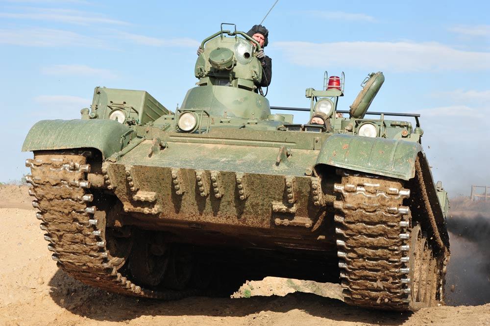 Panzer fahren extrem - mit dem T 55 Bergepanzer über die Hügelkuppe