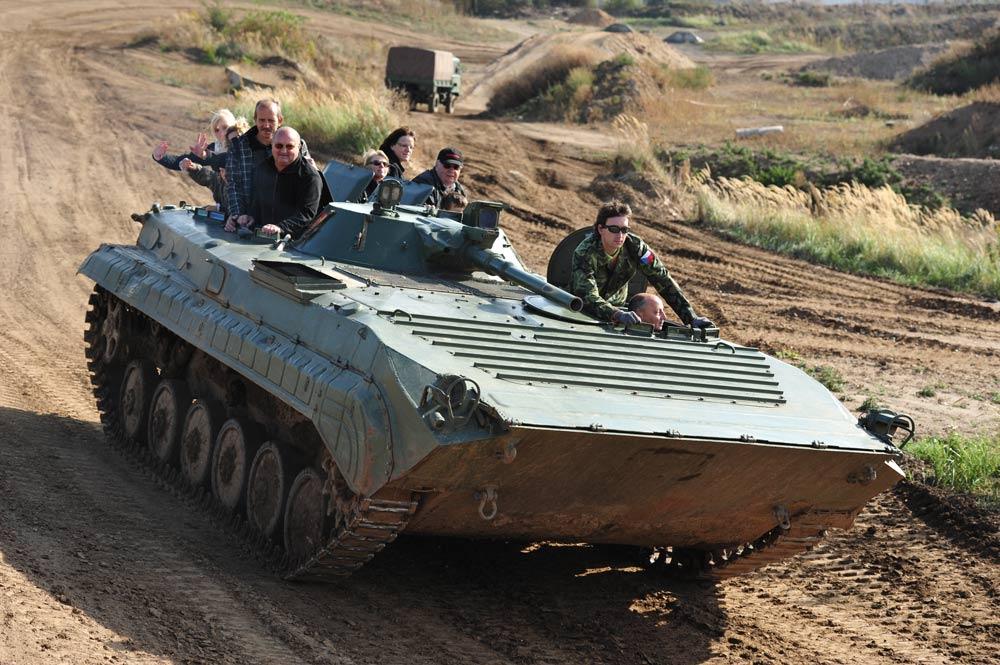 Mit dem BMP Schützenpanzer fahren Sie mit Vollgas in die Steilkurve