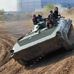 Die Panzerfahrt durch die Steilkurve ist ein Adrenalinkick für Fahrer und Mitfahrer!