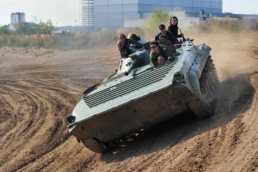 Mit dem BMP Schützenpanzer geht es u. a. in die Steilkurve des Offroadkessels