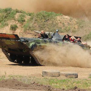 Bei der Panzer Speedfahrt lässt unser Instruktor für Euch die Ketten durch den Offroadkessel fliegen!
