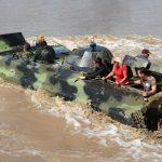 Nur nicht nass werden - Der BMP Schützenpanzer nutzt auch schwimmend die Panzerketten zum Lenken und für den nötigen Vortrieb.