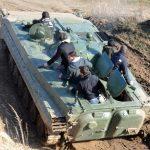 Gut festhalten und genießen, heißt es bei der Mitfahrt im Panzer durch die spektakuläre Landschaft des Offroadkessels.