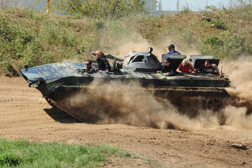 Mit dem BMP Schützenpanzer fahren Sie unsere Instruktoren durchs Gelände