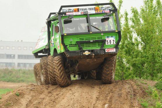 Offroadtruck fahren mit dem Tatra Trial Truck über die Hügel im Offroadkessel
