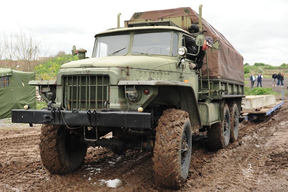 Im Ural geht es auf sechs Achsen durchs Gelände