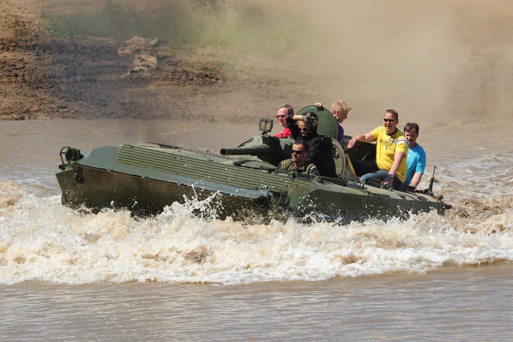 Spritzig nasses Panzer-Fahrvergnügen
