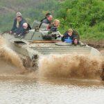 Mit Anlauf ins nasse Vergnügen - der BMP-Schützenpanzer wirft sich in die Fluten.