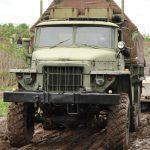 Der Ural ist ein Urgestein der Militärgeschichte und kann im Offroadkessel selbst gefahren werden.